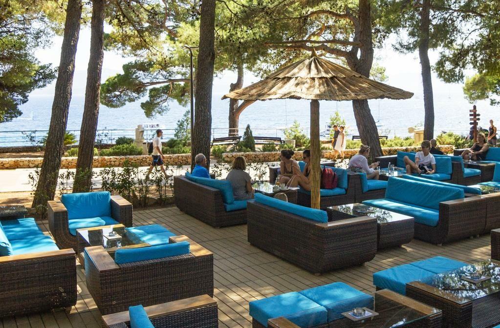 Otok Brač, Bol, Bluesun hotel Borak, terasa uz more