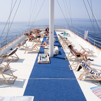 Opuštanje na brodu na krstarenju kvarnerskim otocima.