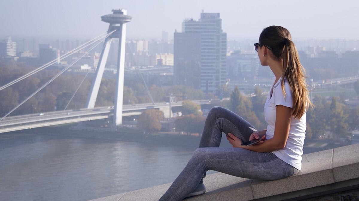 Slovačka, Bratislava, panorama s djevojkom, Mondo travel, putovanje Bratislava