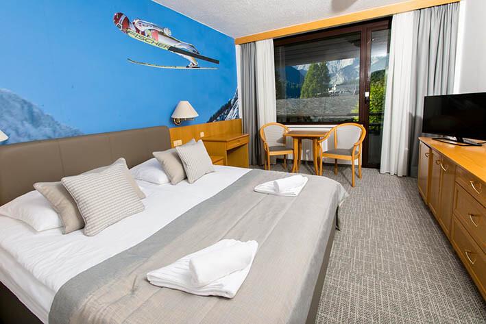 Skijanje i wellness u Sloveniji, Bled, Hotel Kompas, spavaća soba sa skijašem