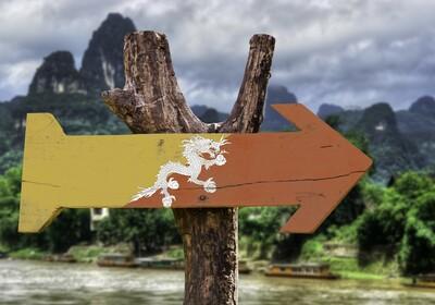 Butan, oznaka oslikana u stilu zastave Butana, putovanje u Butan, grupni polasci, garantirani polasc