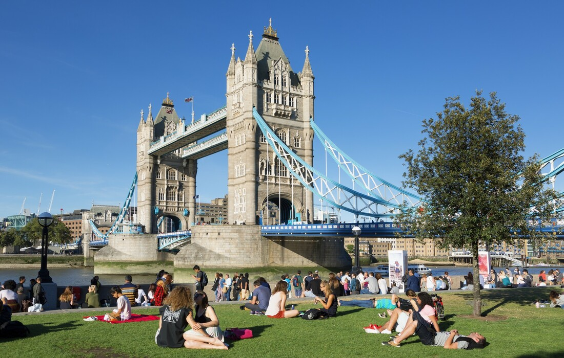 London,Ljeto u Londonu, opuštena atmosfera uz rijeku Themsu i Tower bridge