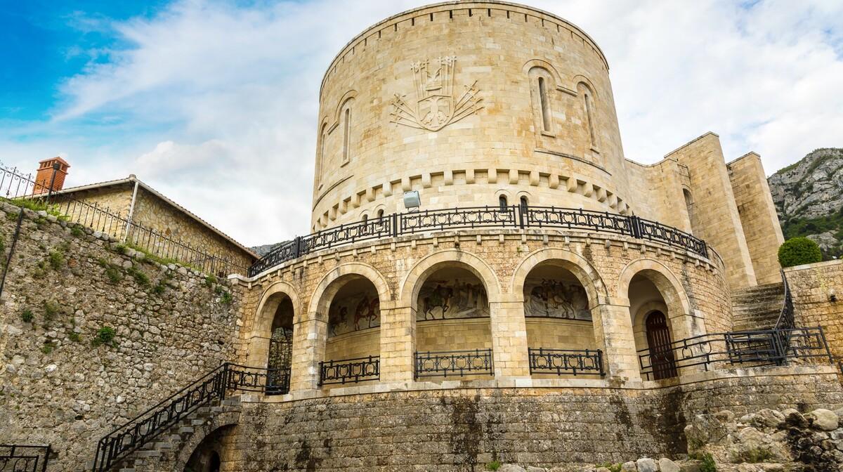 Albanija, Kruje-jedno od najpoznatijih i najposjećenijih turističkih destinacija,putovanje autobusom