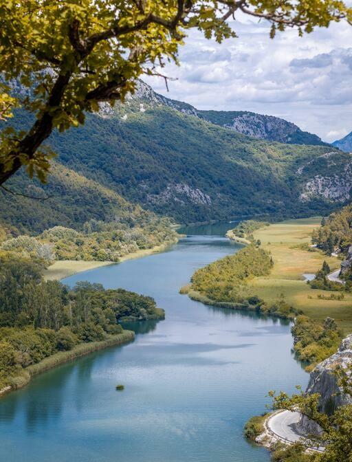 Tok rijeke Cetine u Omišu.