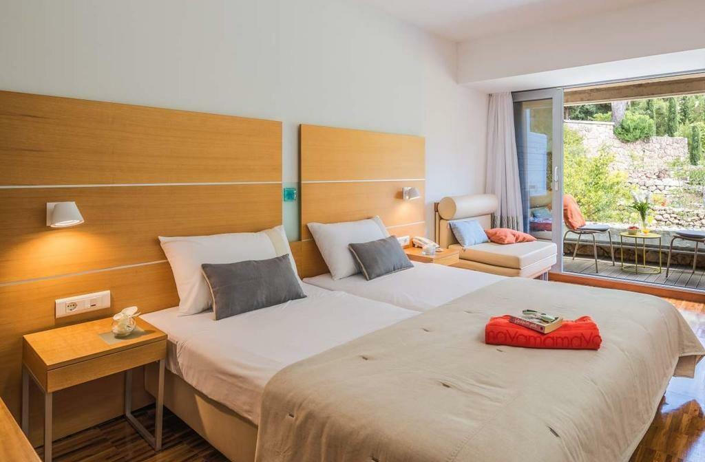 Dvokrevetna soba s pogledom na park i pomoćnim ležajem u hotelu Soline, mondo travel