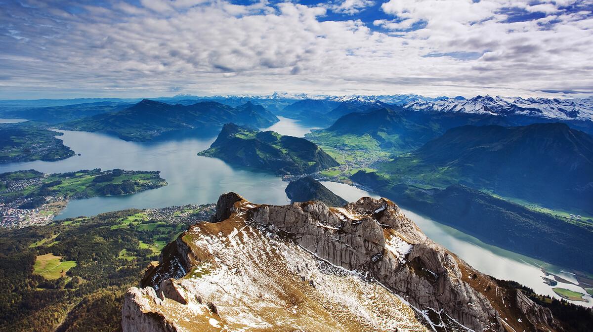 panorama švicarskih alpa na jezero, putovanje u švicarsku autobusom