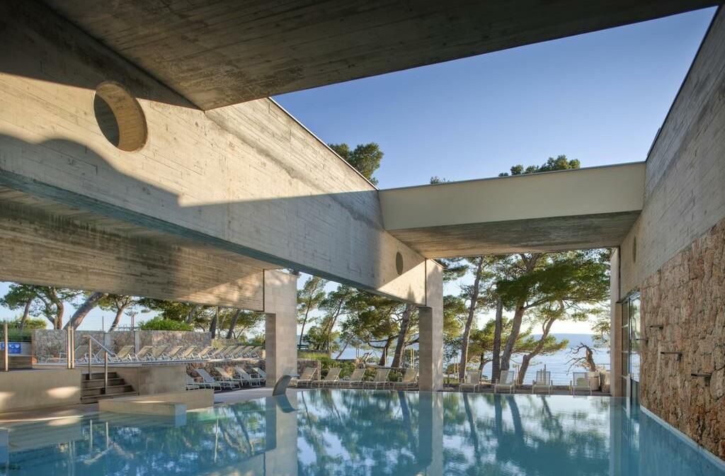 vanjski bazen s pogledom na more u hotelu Soline, mondo travel