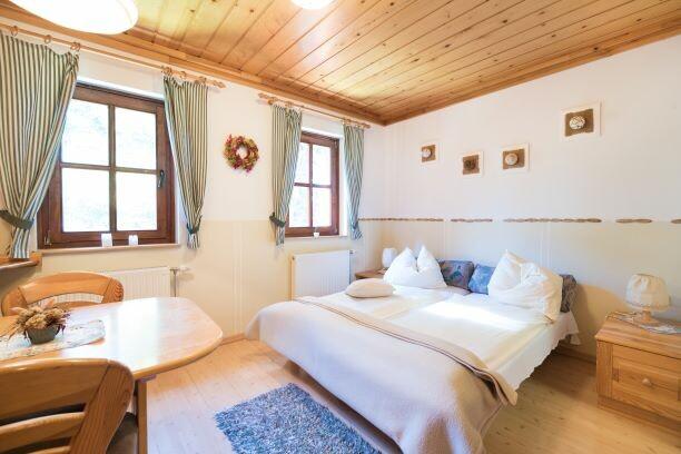 Skijanje Krvavec Apartmani Muštinka, zimska kućica za odmor,velika soba sa bračnim krevetom