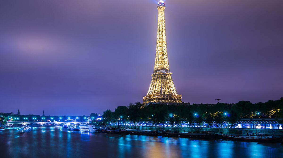 Osvjetljen Eiffelov toranj, putovanje u Pariz