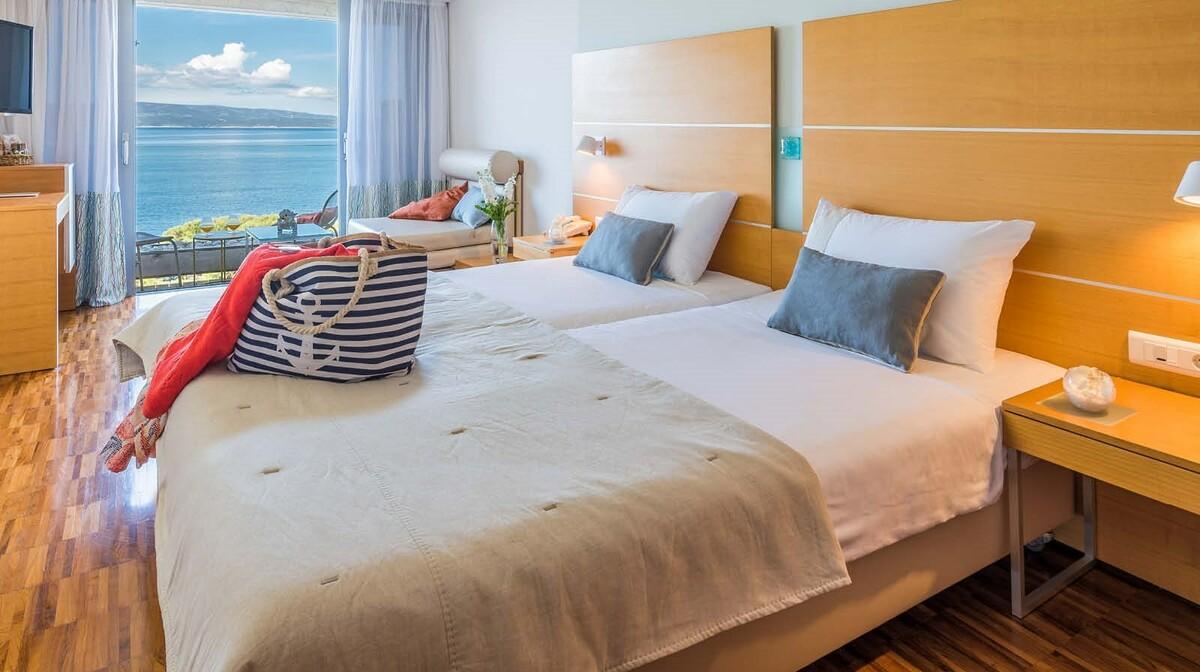 Dvokrevetna soba i pomoćni ležaj s pogledom na more, Hotel Soline, Brela, mondo travel