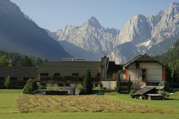 Wellness Kranjska Gora, Hotel Kompas, pogled na hotel pod planinama