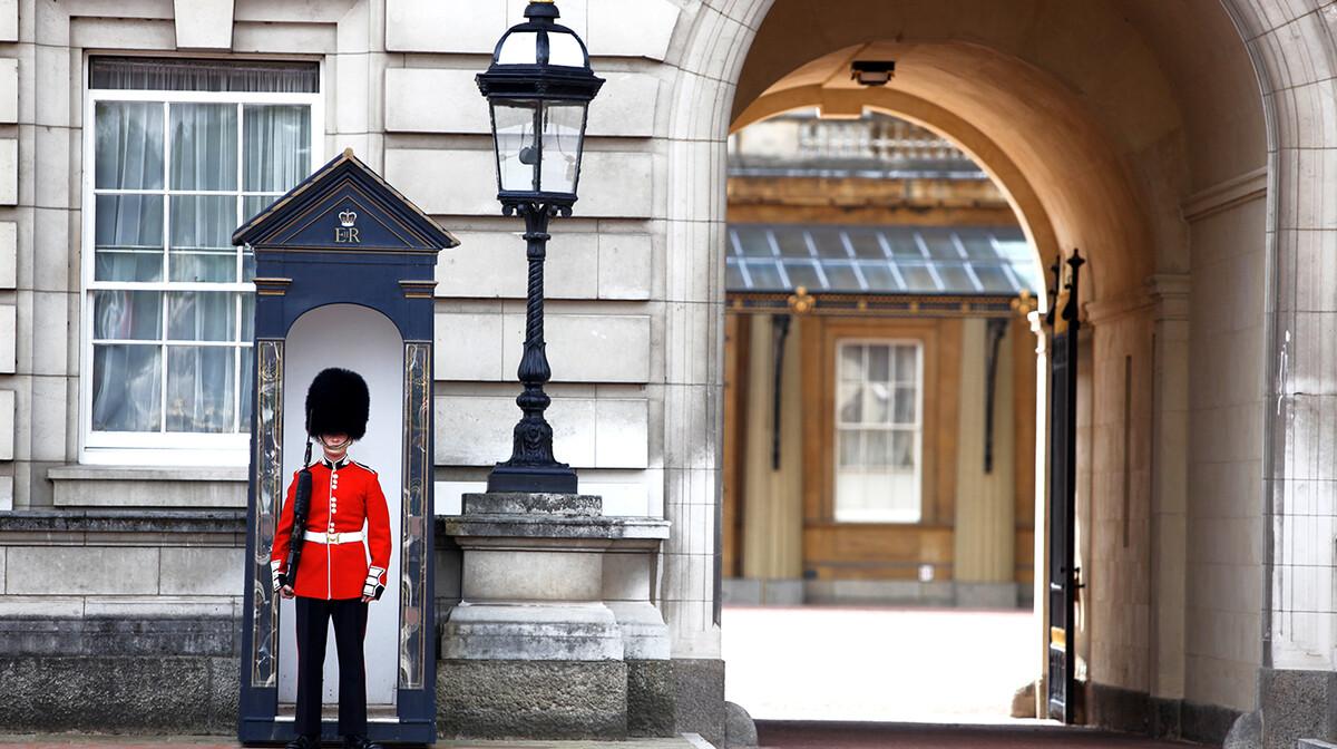 Smjena straže ispred palače na putovanju London