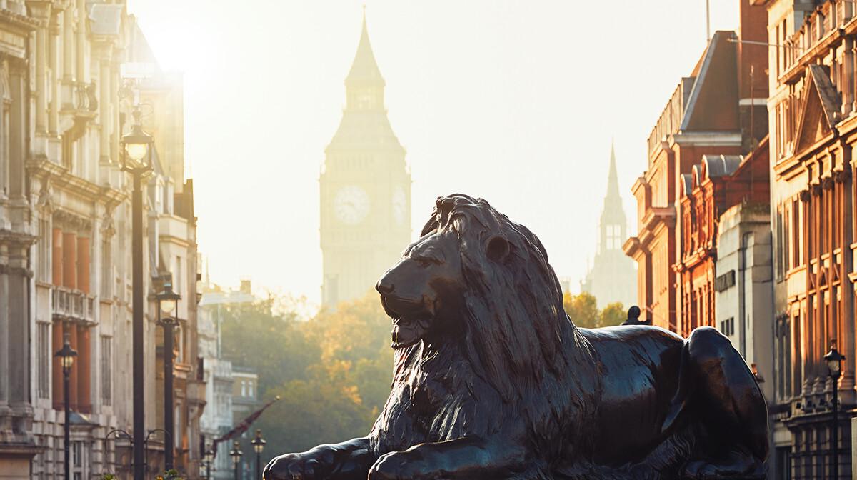 Ulice u Londonu uz zalazak sunca i pogled na Big Ben