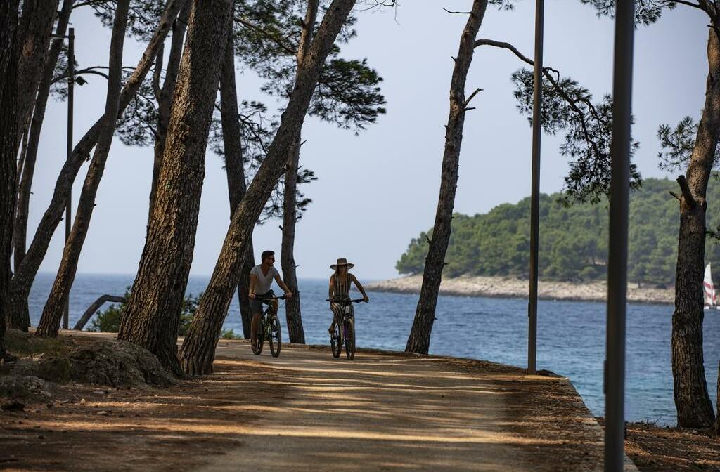 Vožnja biciklima uz obalu otoka Lošinja.