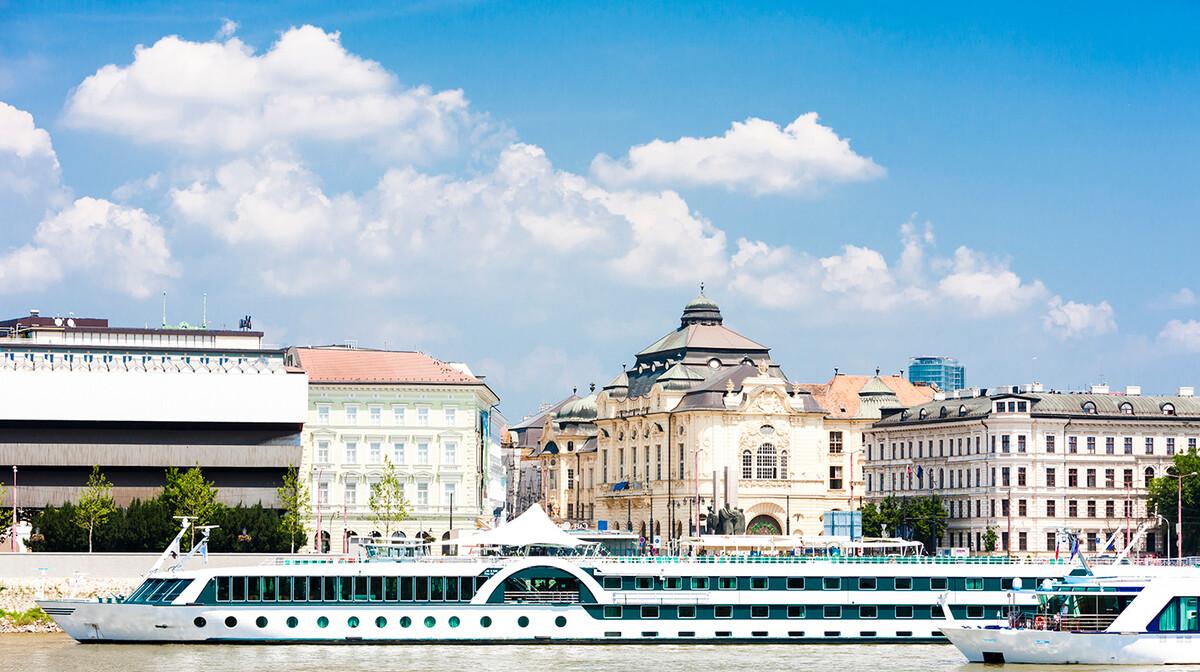 Brod na Dunavu u Bratislavi, putovanje u Bratilslavu, Mondo travel