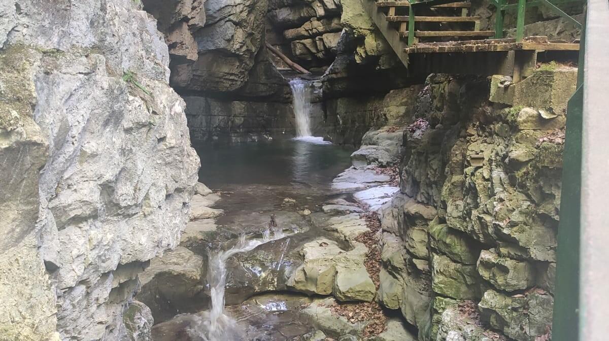 Gorski kotar, Zeleni Vir, vodopad na pješačkoj stazi,  grupni polasci, putovanja autobusom