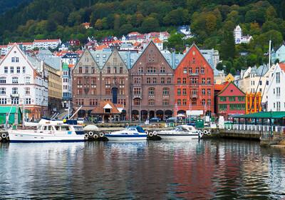 Raznobojne drvene kuće pod UNESCOM, putovanje Bergen, Norveška, Norveški fjordovi, mondo travel