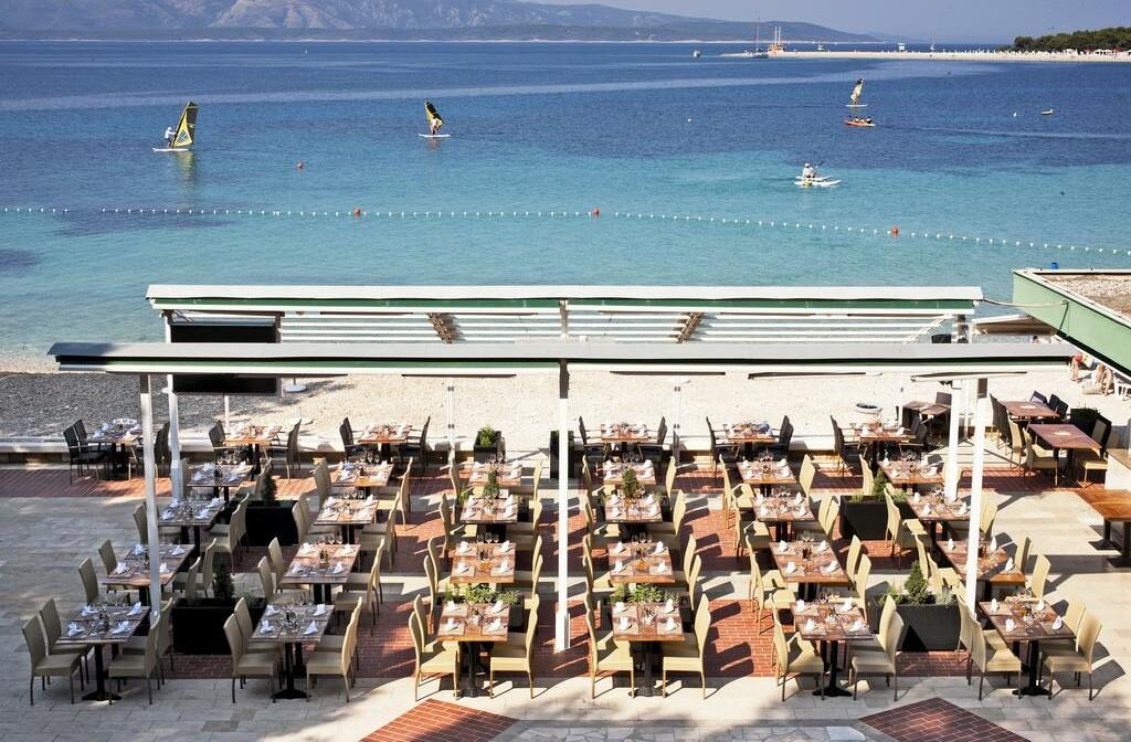 Otok Brač, Bol, Bluesun hotel Elaphusa, vanjski dio restorana