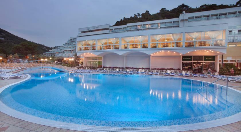 Vanjski bazen hotela Narcis u Rapcu, mondo travel