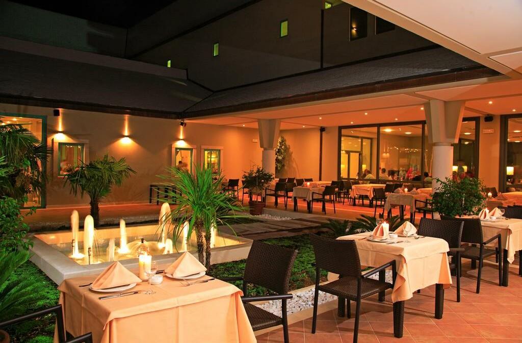 Otok Brač, Bol, Bretanide Sport & Wellness Resort, vanjski dio restorana