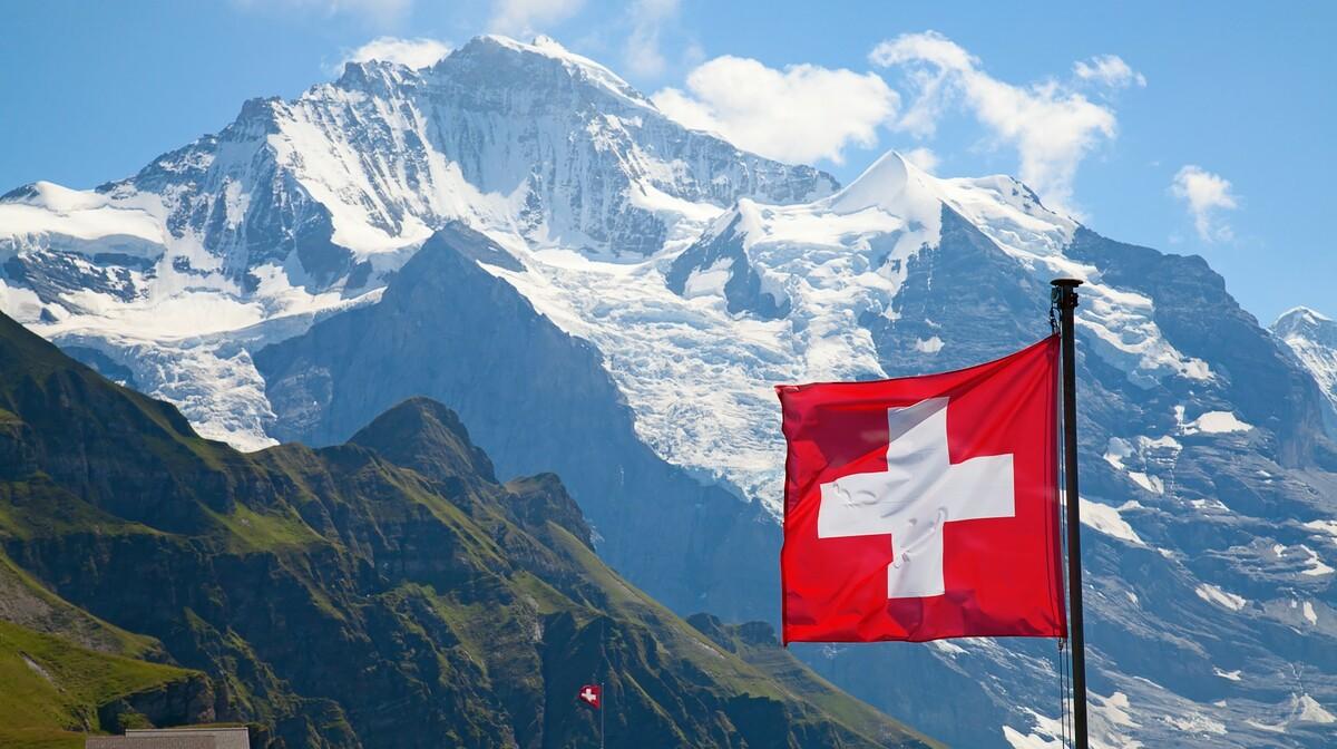 Švicarske alpe i švicarska zastava, putovanje u Švicarsku, garantirani polasci