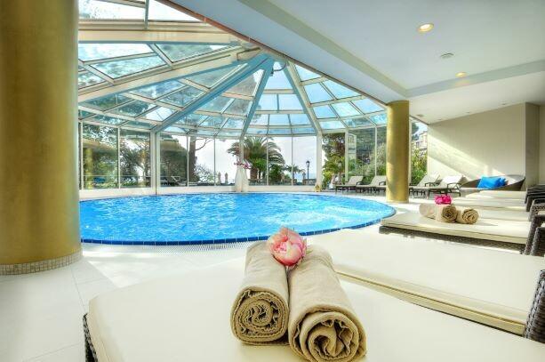Hrvatska, ljeto, Opatija, hotel Milenij, ležaljke uz bazen