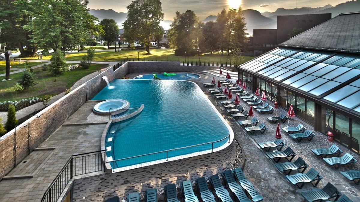 Skijanje i wellnes u Sloveniji, Bohinj Eco, vanjski bazen sa ležaljkama