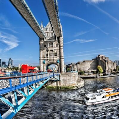 Tower bridge i rijeka Themsa na putovanju London avionom