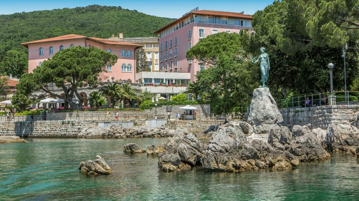 Hrvatska, ljeto, Opatija, hotel Milenij, djevojka sa galebom, šetnica