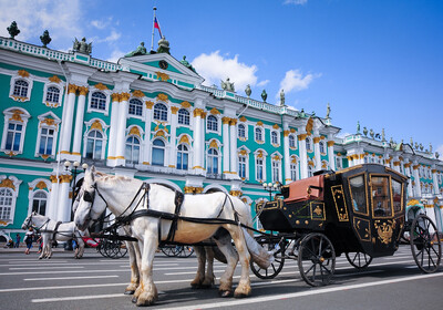 Kočija ispred muzeja Ermitaž, putovanje u St.Petrerburg avionom, garantirani polazak