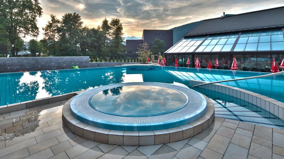 Skijanje i wellness u Sloveniji, Bohinj Eco hotel, vanjski bazen okružen prirodom
