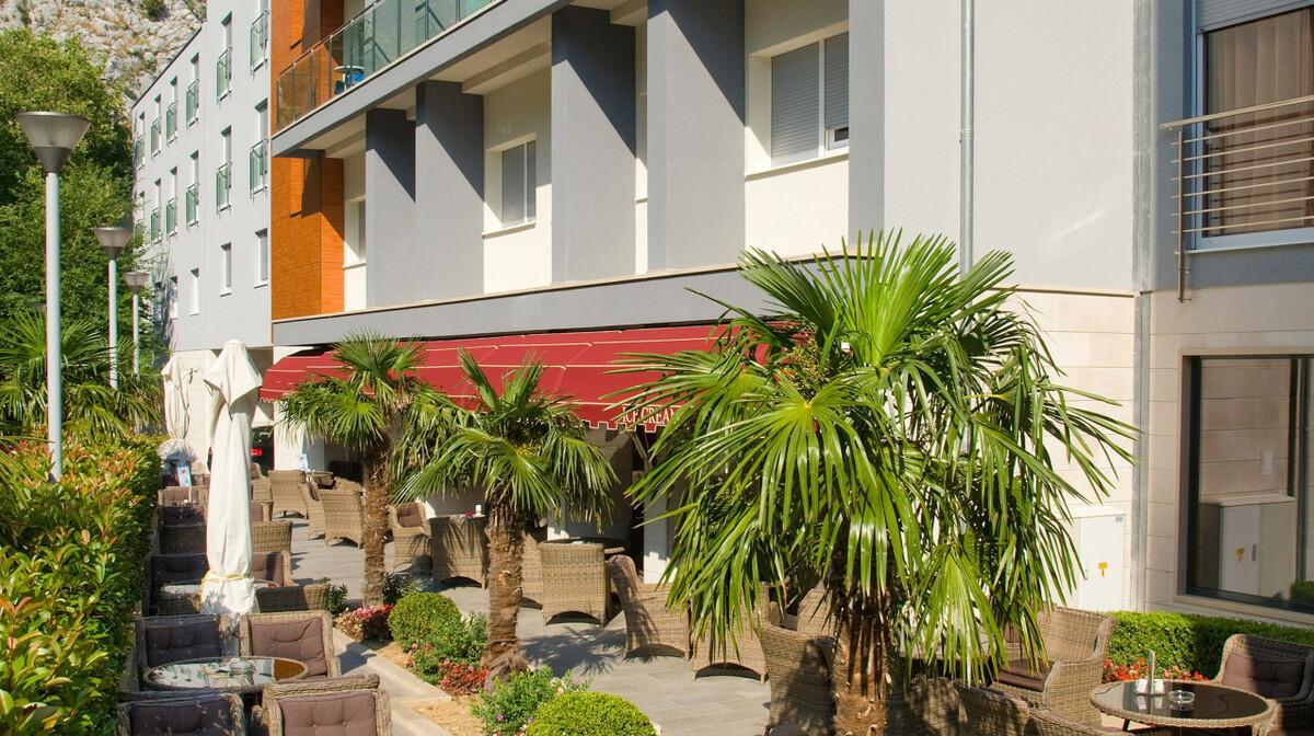 Omiš, Hotel Plaža, vanjski caffe bar