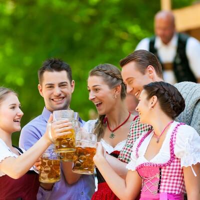 mladi se zabavljaju na Oktoberfestu , autobusna putovanja, Mondo travel, europska putovanja