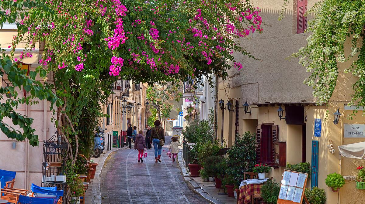 živopisna četvrt Atene s mnoštvom kafića i taverna, putovanja zrakoplovom, Mondo travel