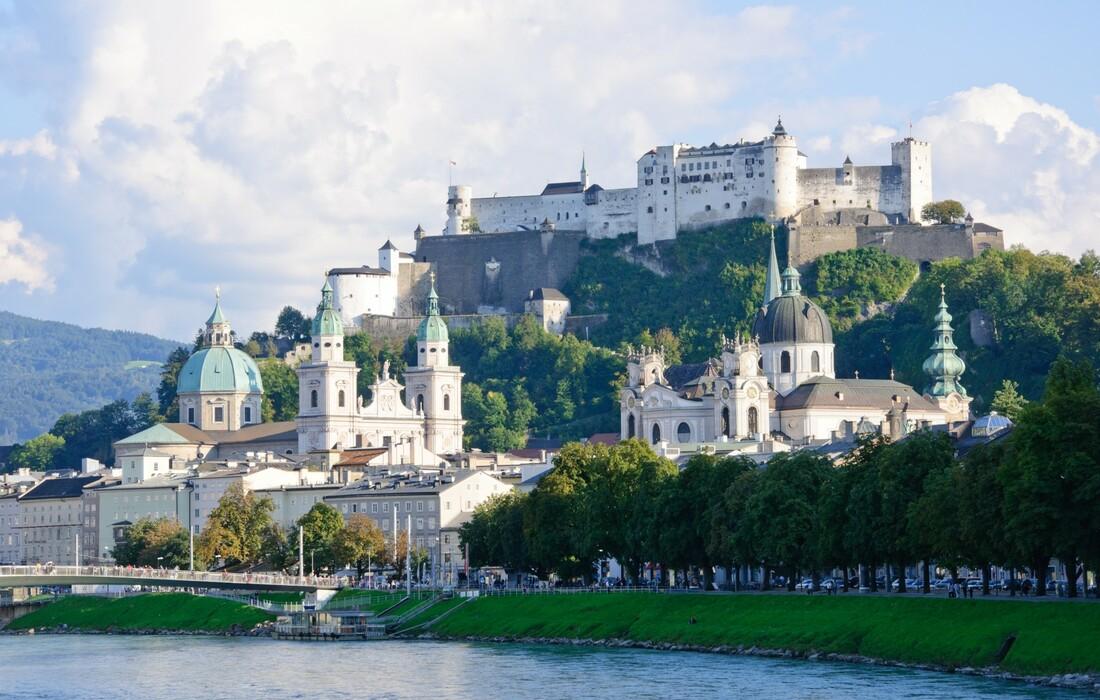 Rijeka Salzach i pogled na Mozartov grad Salzburg, putovanje u Salzburg