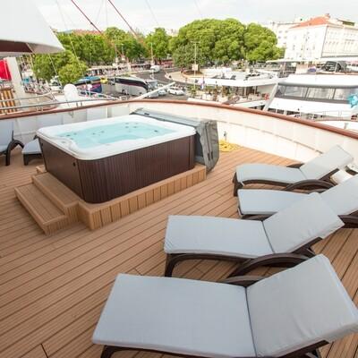 Krstarenje Jadranom, Brod Adriatic Sun, jacuzzi i sunčalište