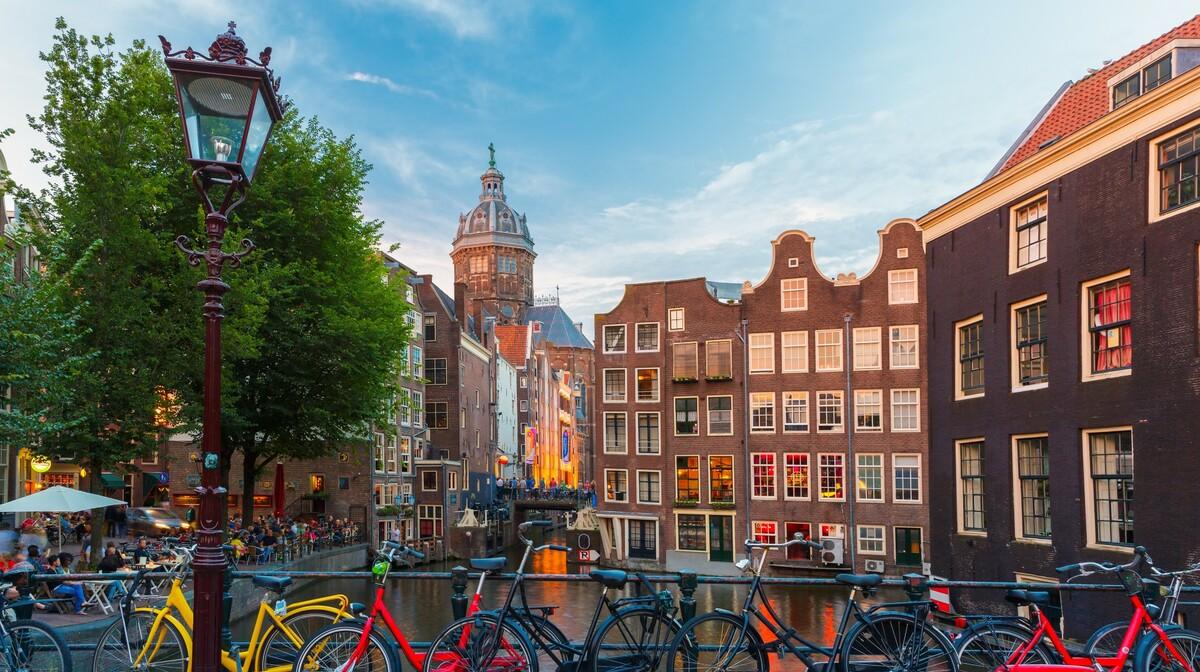 Kupola Sv. Nikole i bicikli uz kanal, putovanje u Amsterdam