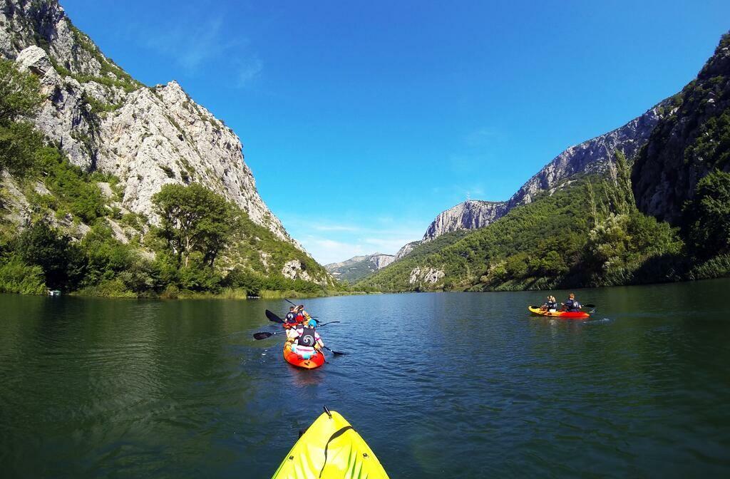 Izlet kajacima po rijeci Cetini.