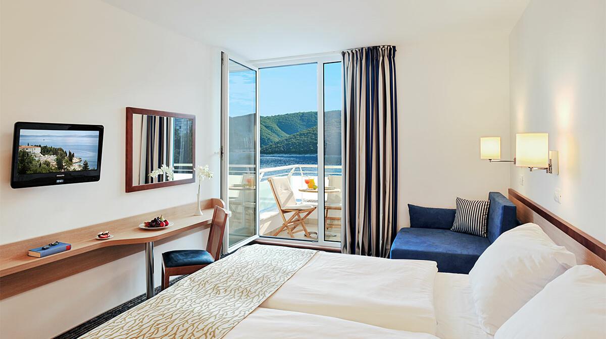 Dvokrevetna soba s pomoćnim ležajem, balkonom i pogledom na more Hotela Sanfior Rabac, mondo travel