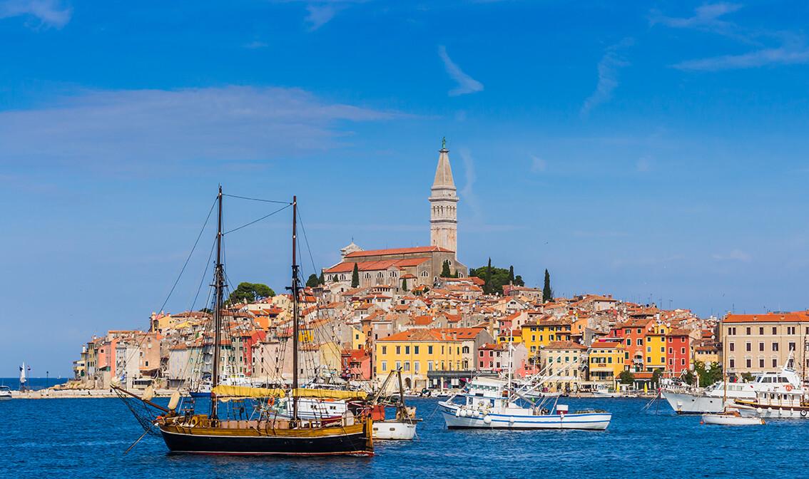 Hrvatska, Istra, Rovinj, pogled na grad sa mora, grupni polasci, putovanja autobusom u Istru