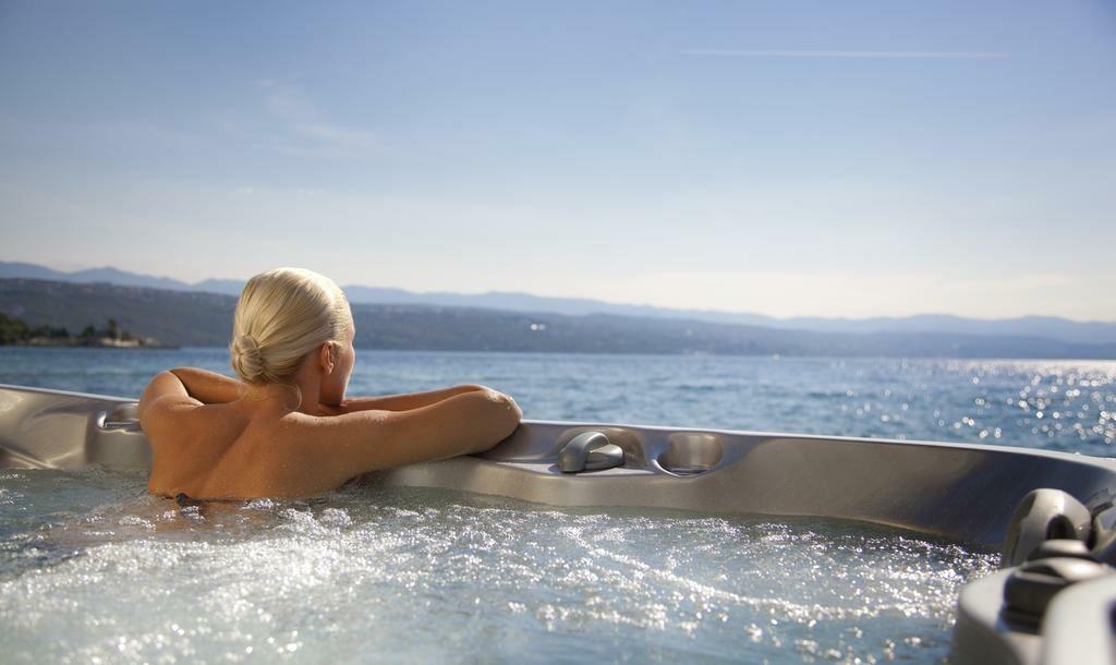 Vanjski jacuzzi s pogledom na more u hotelu Kristal, Opatija