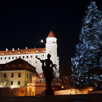 Osvjetljen Bratislavski dvorac i okićeni bor, Advent u Bratislavi, putovanje u Bratislavu
