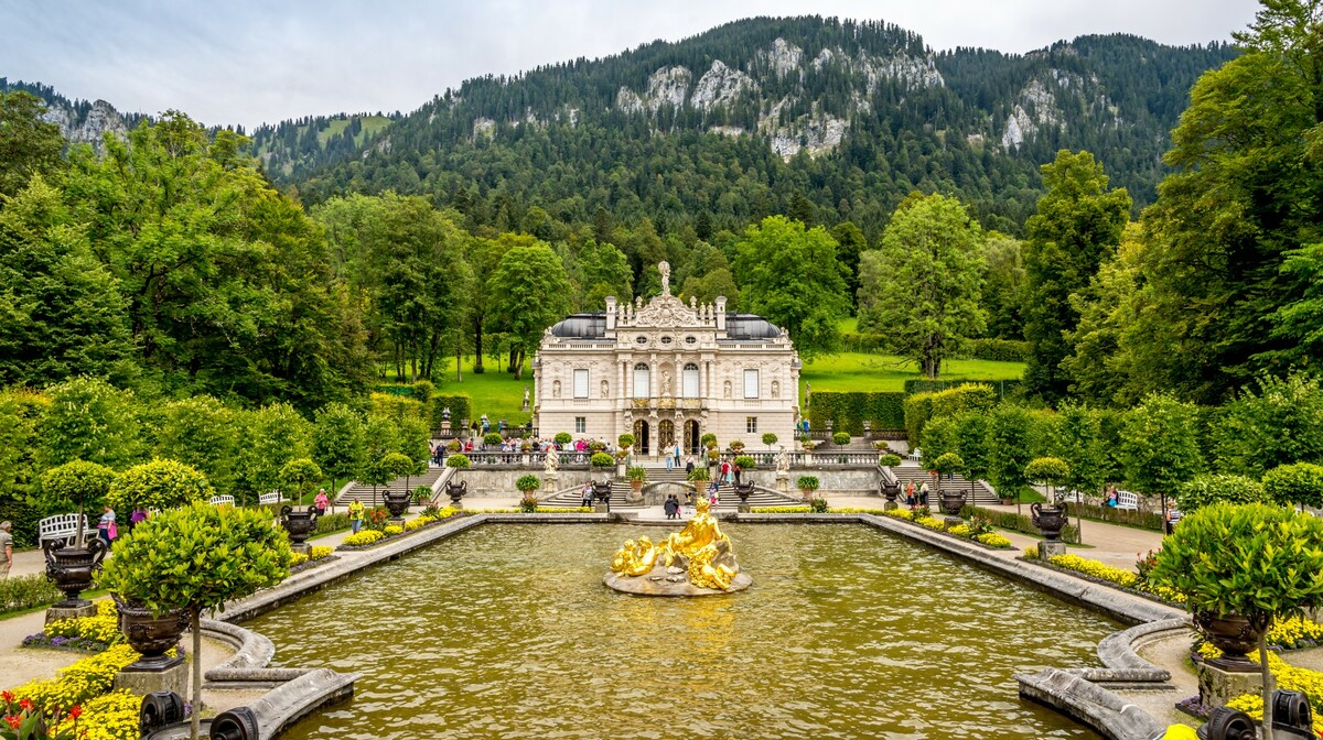 dvorac Linderhof u prekrasnom prirodnom okruženju, autobusna putovanja, europska putovanja