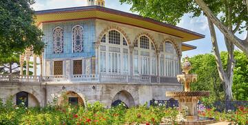 Turska, Istanbul, ružičnjak ispred Bagdadskog kioska u Topkapi palaći, garantirani polasci,
