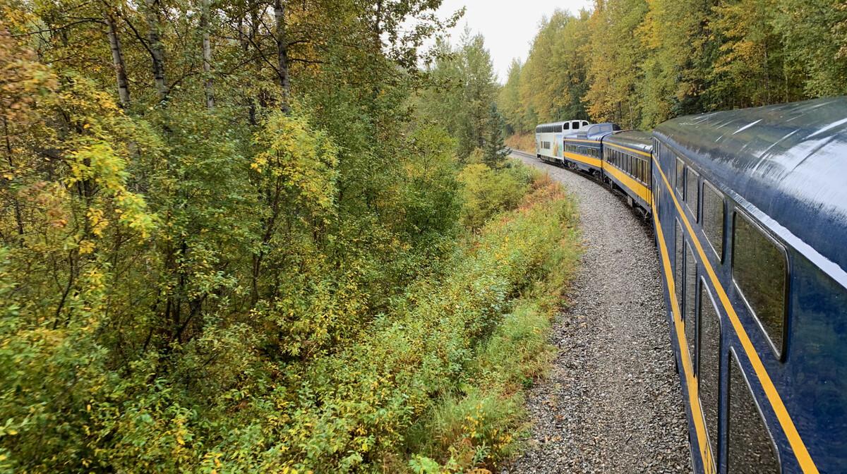 Aljaška željeznica prolazi kroz prirodu aljaske