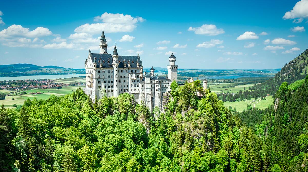 dvorac Neuschweinstein okružen zelenilom, autobusna putovanja, Mondo travel, europska putovanja