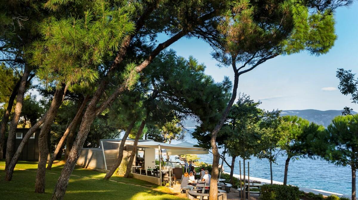 Bar na šetnici pored plaže u Rapcu, Hotel Sanfior Casa, mondo travel
