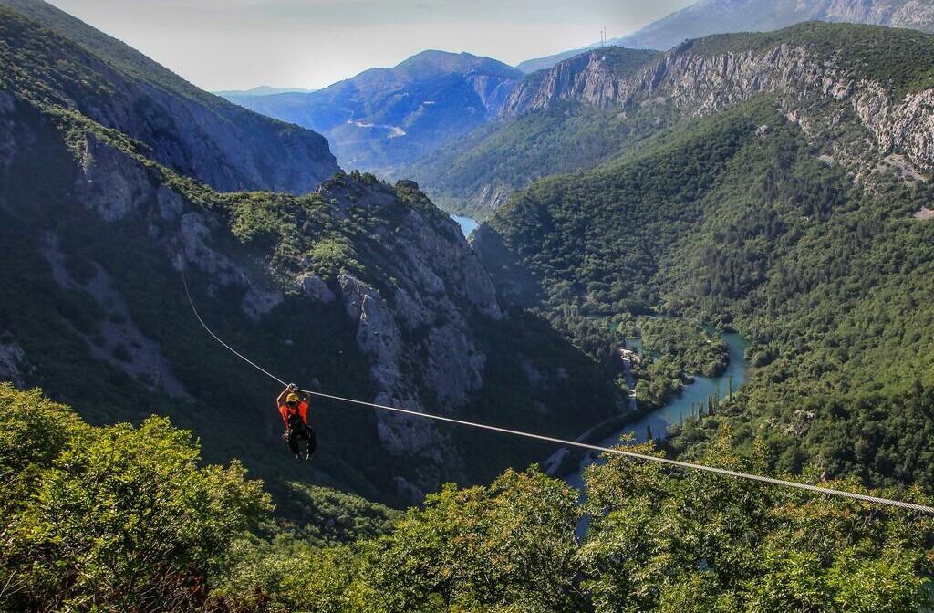 Zip line iznad kanjona rijeke Cetine.