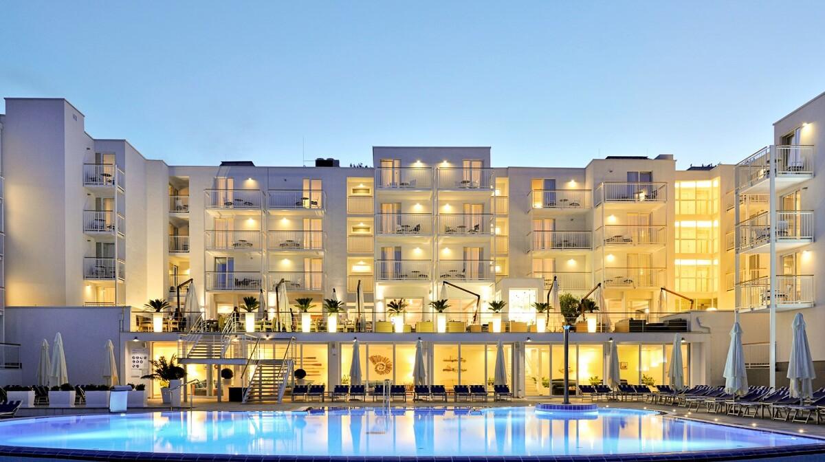 Noćna slika hotela Valamar Casio u Rapcu, mondo travel